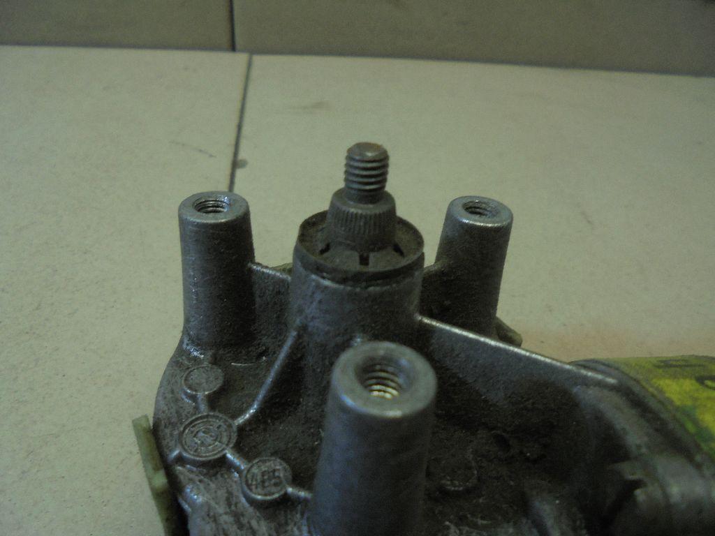 Моторчик стеклоочистителя передний 0390241094