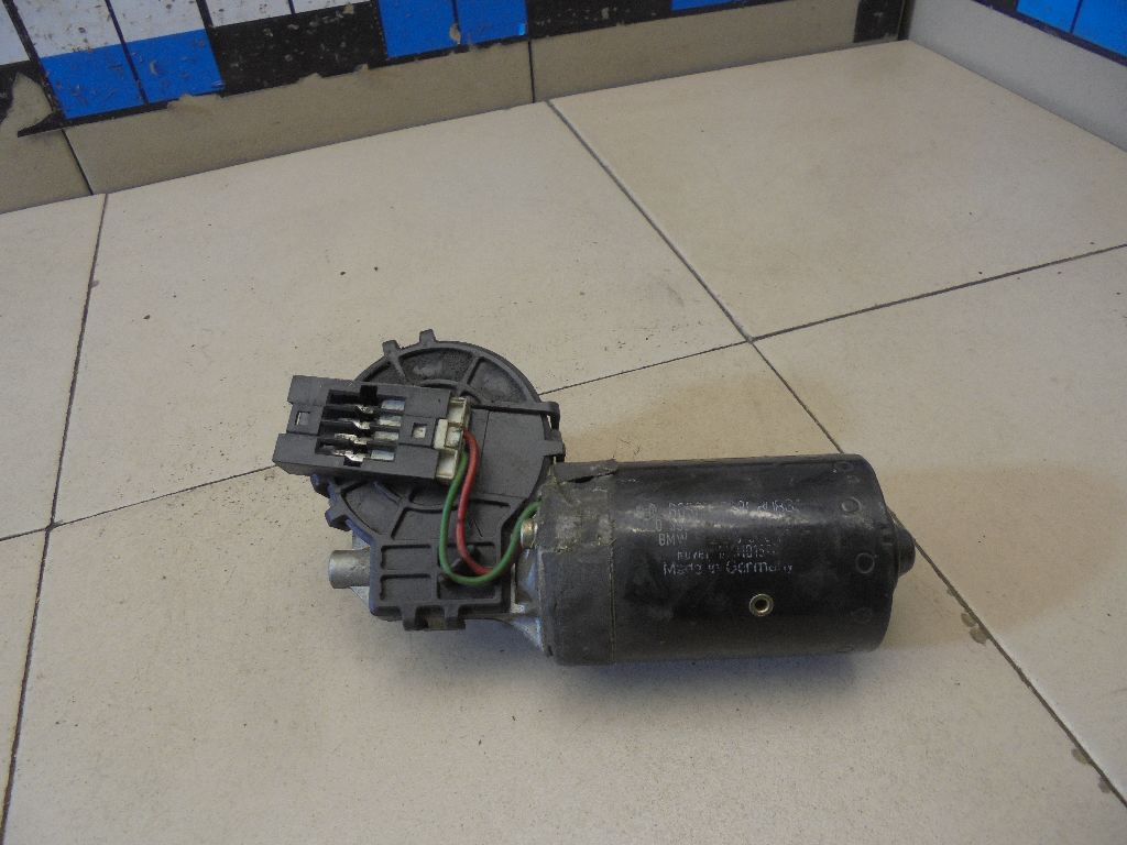 Моторчик стеклоочистителя передний 67638362155