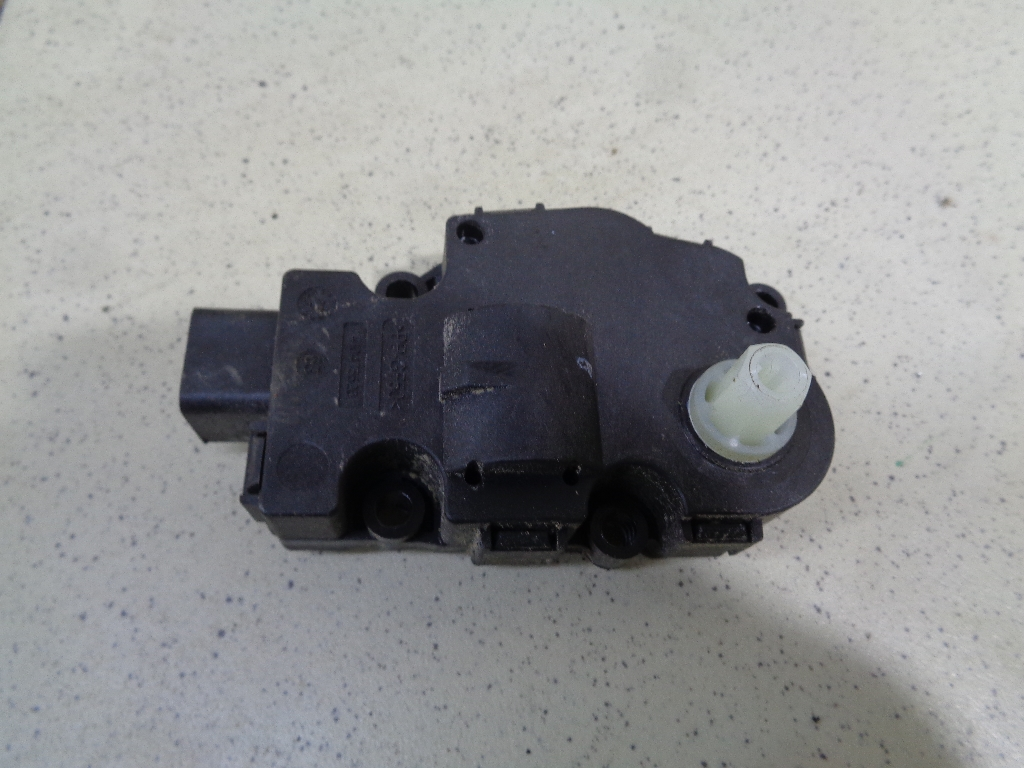 Моторчик заслонки отопителя 8K0820511C