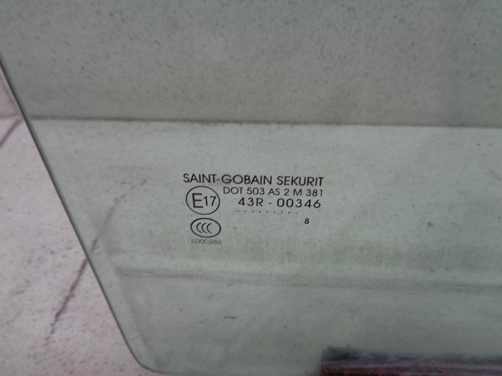 Стекло двери передней правой 4043196