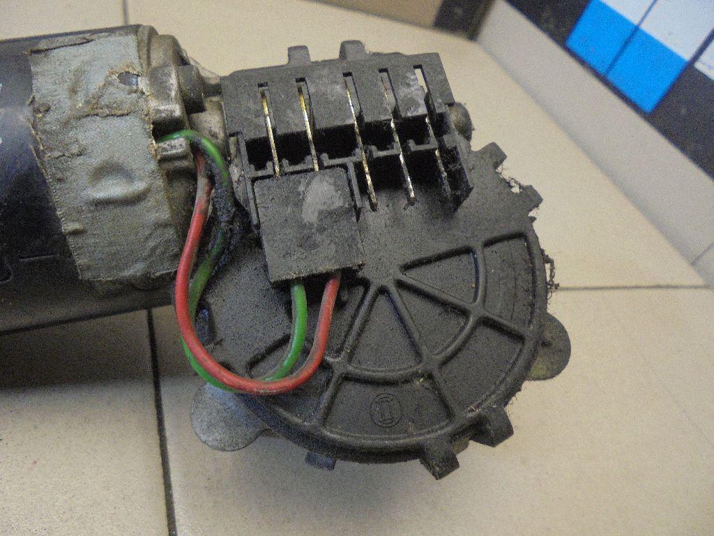 Моторчик стеклоочистителя передний 0390241307