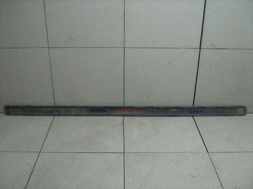 Молдинг передней правой двери 7573105100