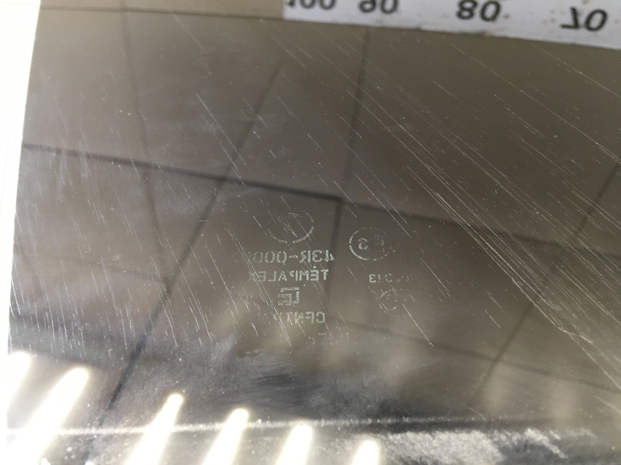 Стекло двери передней правой 61011AG000