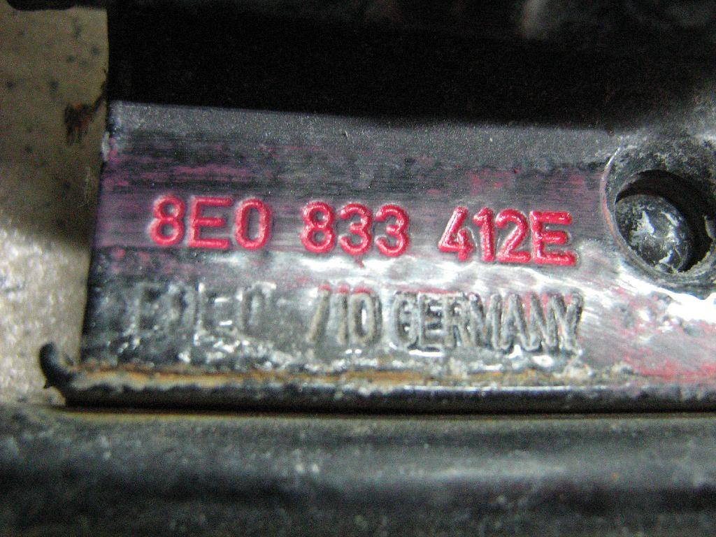 Петля двери задней правой нижняя 8E0833412E
