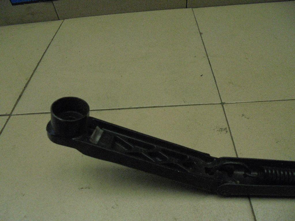 Поводок стеклоочистителя передний правый GS1E67321