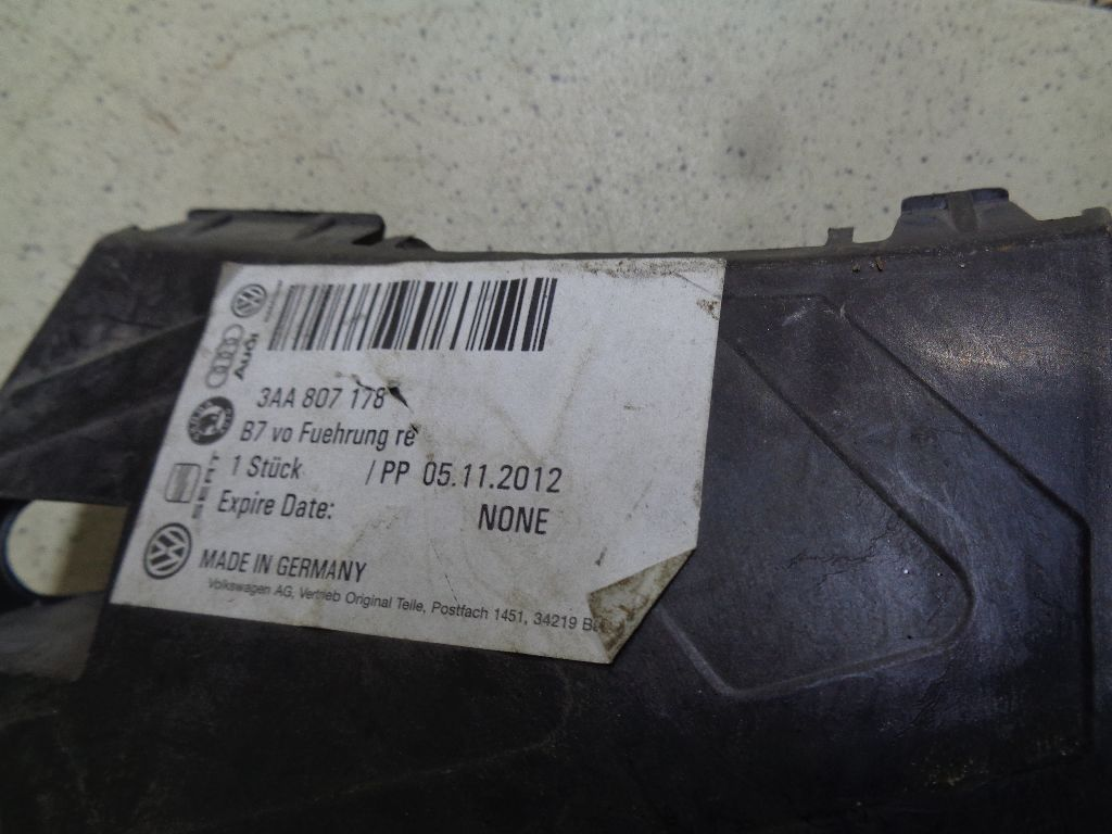Направляющая переднего бампера правая 3AA807178