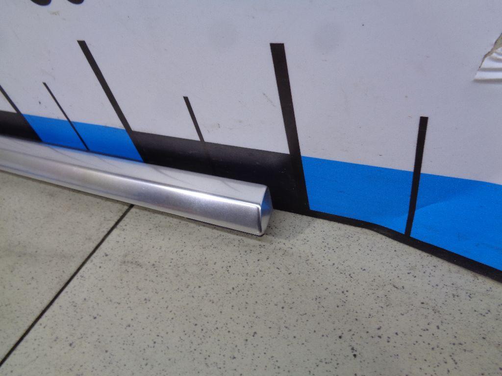 Накладка стекла заднего правого LR028452