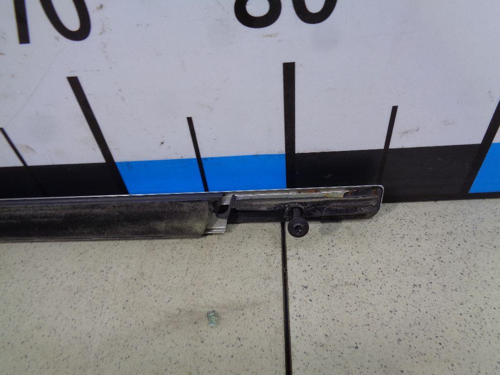 Накладка стекла переднего правого LR027211