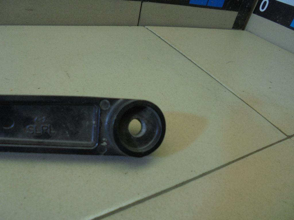 Поводок стеклоочистителя передний правый 983203U000
