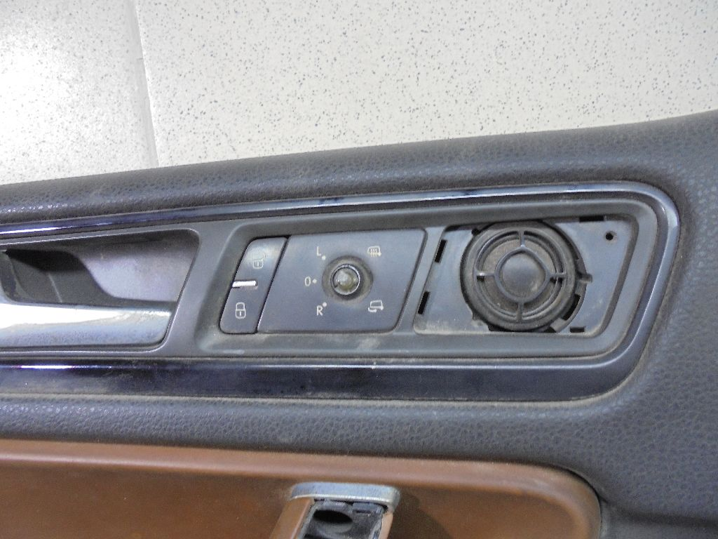 Обшивка двери передней левой 7P1867013AGY0W