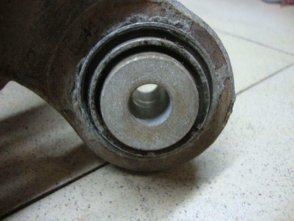 Кулак поворотный задний левый 33326788049
